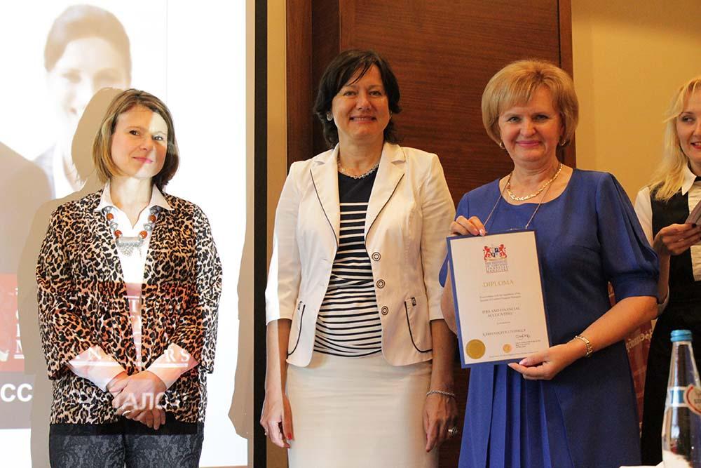 Посол Великобритании в Беларуси Фиона Гибб вручает международный диплом ИСФМ «IFRS and accounting standarts» гл. бухгалтеру СЗАО
